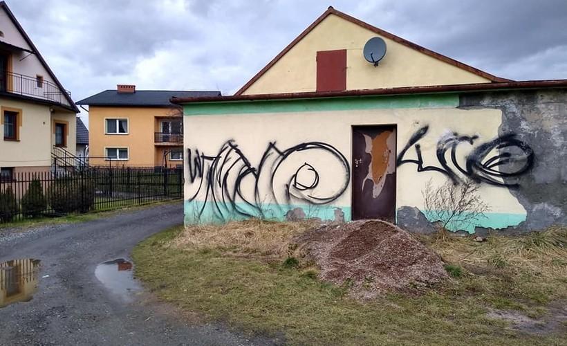 Tajemnicze bohomazy w Łączanach. Pomalowali mury, remizę i studnię