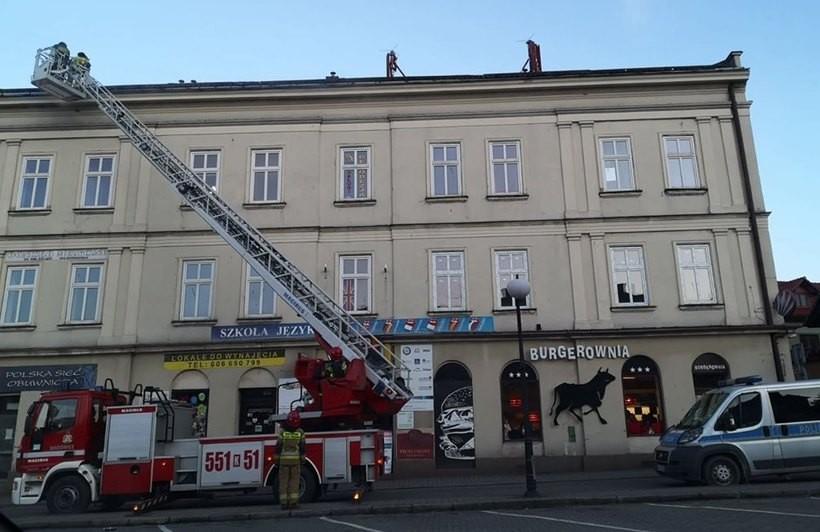 Wiatr uszkodził elementy blaszane dachu na placu Kościuszki