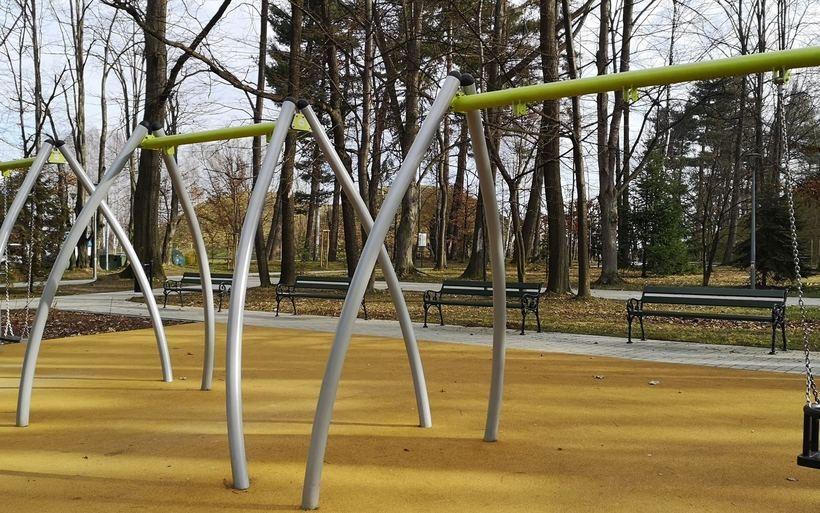 Ktoś zniszczył huśtawki w Parku Miejskim w Wadowicach