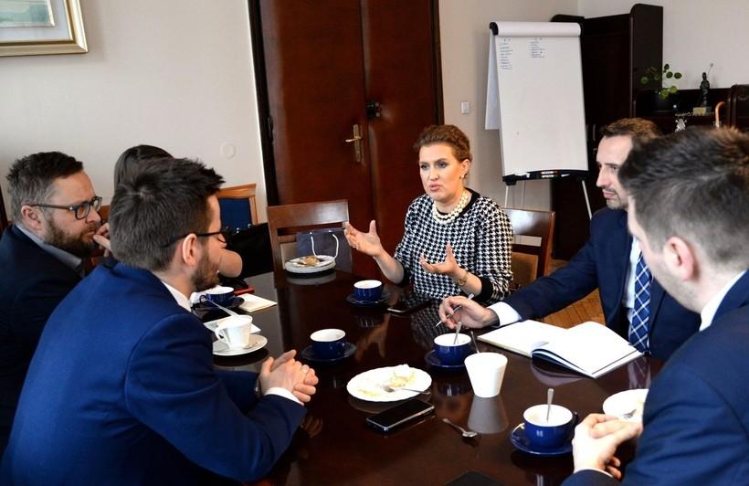Sprawę premiery monety papieskiej  w Wadowicach Katarzyna Basiak-Gała, dyrektor krakowskiego oddziału NBP, uzgodniła z burmistrzem Bartoszem Kalińskim