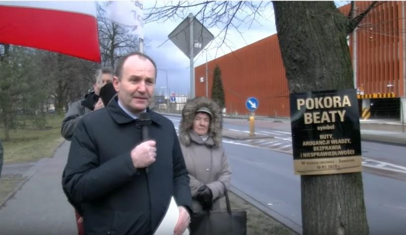 """Poseł KO Marek Sowa modli się do drzewa Beaty. Komentarze: """"Paskudnie to wyglądało"""""""
