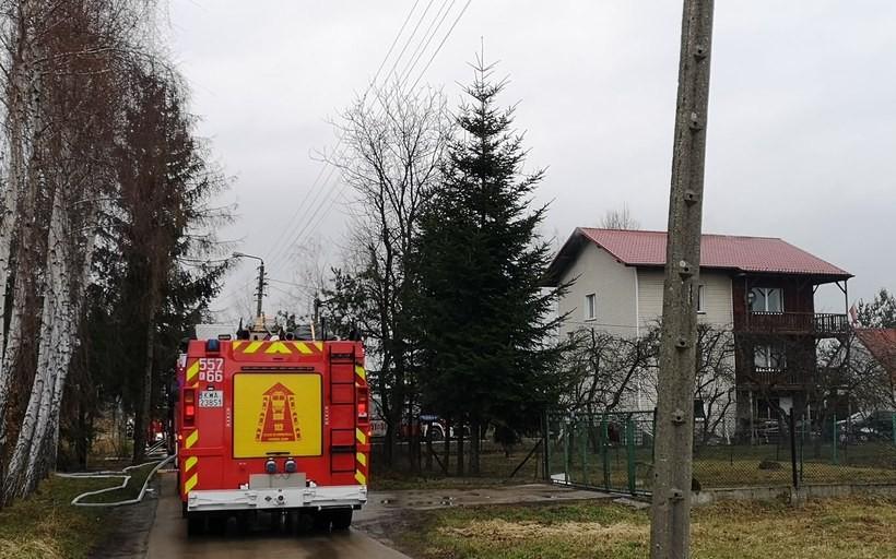 Pożar w domu w Wadowicach. Strażak zauważył dym i wezwał pomoc