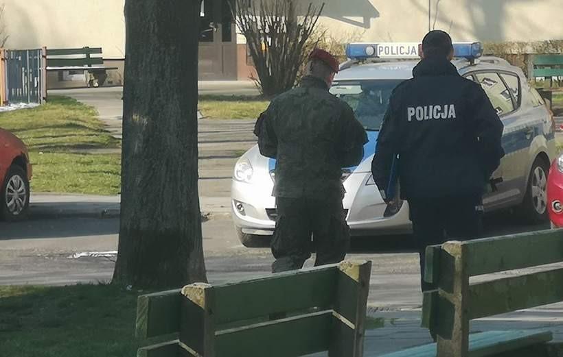 Żołnierze pomagają policjantom z Wadowic prowadzić kontrole