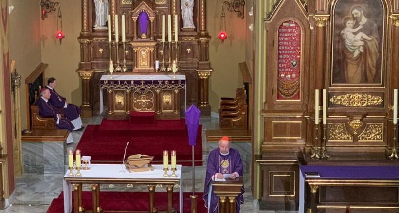 """Apel kardynała Dziwisza: """"Zapalmy świecę o 21:37. Niech będzie symbolem pamięci o św. Janie Pawle II"""""""