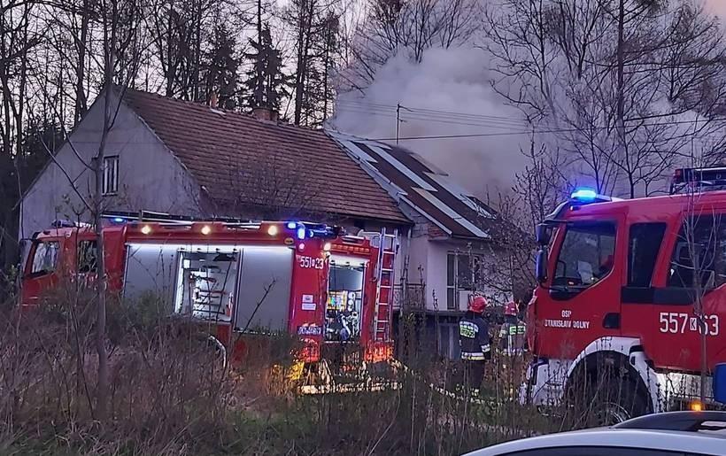 Właściciel niechcący podpalił gałęzie. Ogień przeniósł się na dom!