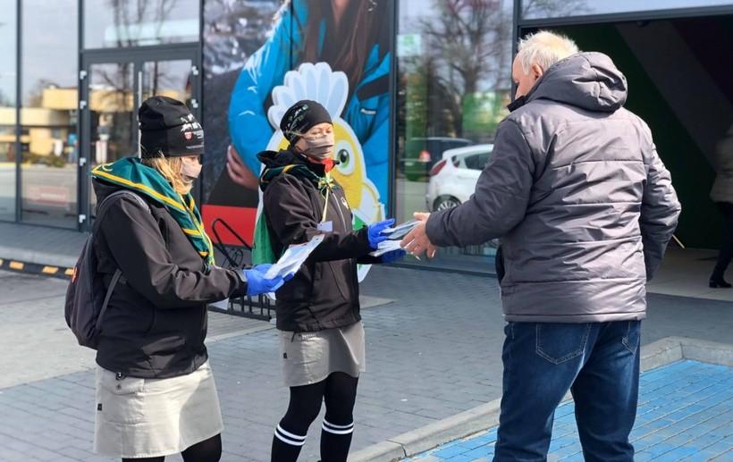 """Wadowice, Kalwaria, Andrychów, Stryszów i Lanckorona rozdają maseczki, w Kętach burmistrz grzmi: """"Tani populizm"""""""