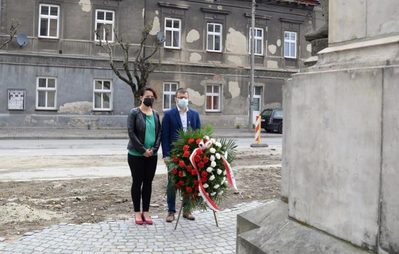 """Burmistrz Bartosz Kaliński z żoną Katarzyną złożyli hołd poległym pod pomnikiem  """"dwunastaków"""""""