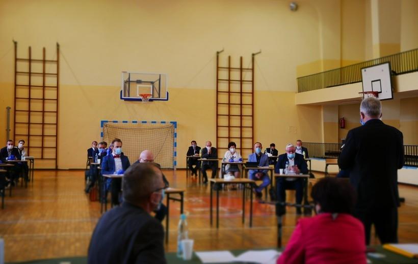 Radni powiatu wadowickiego ukryli się przed koronawirusem w szkole. Pomogą przedsiębiorcom?