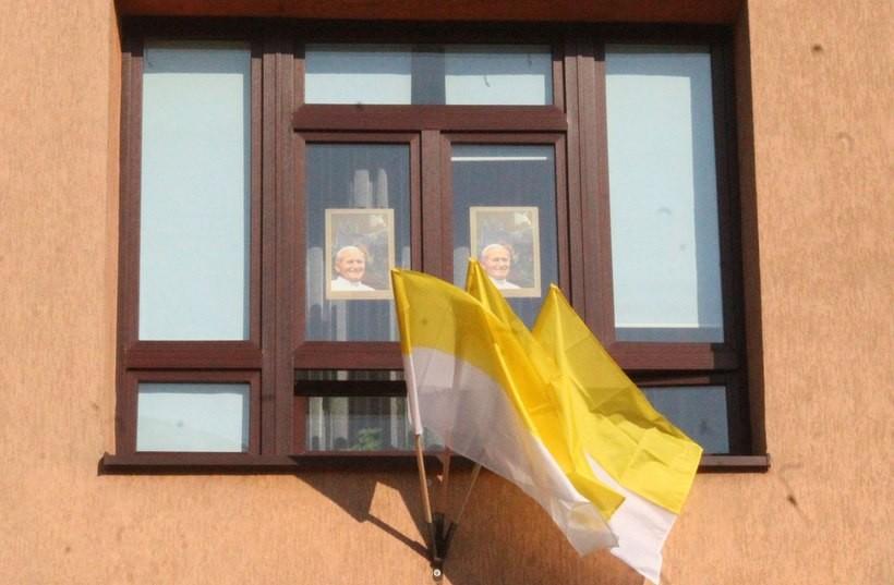 Będą dekorować okna wizerunkiem Jana Pawła II. To z okazji rocznicy urodzin papieża