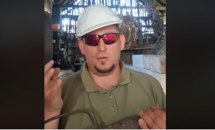 Burmistrz Krzysiek Klęczar w kasku i z widłami. Nominowany do #hot16challenge rapuje w stodole