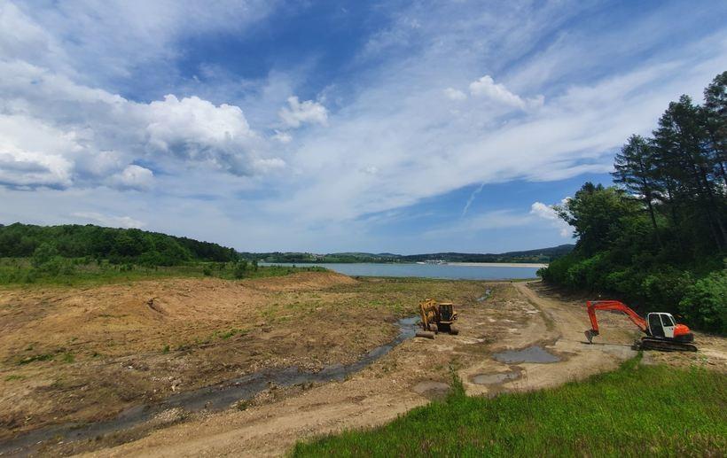Dwie firmy wyczyszczą prawie 70 hektarów przy Jeziorze Mucharskim. Mają czas do końca lipca