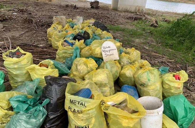 Kilkaset worków wypełnionych odpadami na brzegu Jeziora Mucharskiego. Znowu sprzątali
