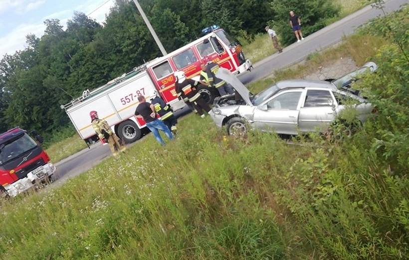 Kraksa w Dąbrówce. Samochód wypadł z drogi i stanął w płomieniach, dwie osoby ranne