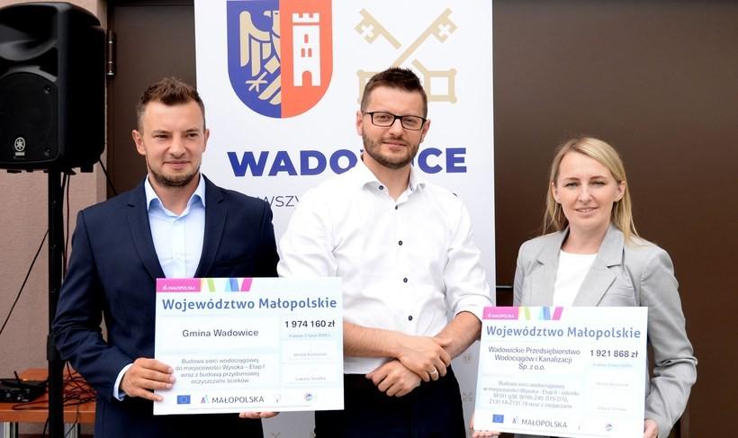 W czwartek w Stryszowie wicemarszałek Tomasz Urynowicz przekazał dwa czeki na łączną kwotę prawie 4 milionów złotych dla reprezentantów Wadowic burmistrza Bartosza Kalińskiego oraz radnej Elżbiety Gałuszki i Łukasza Rapackiego.