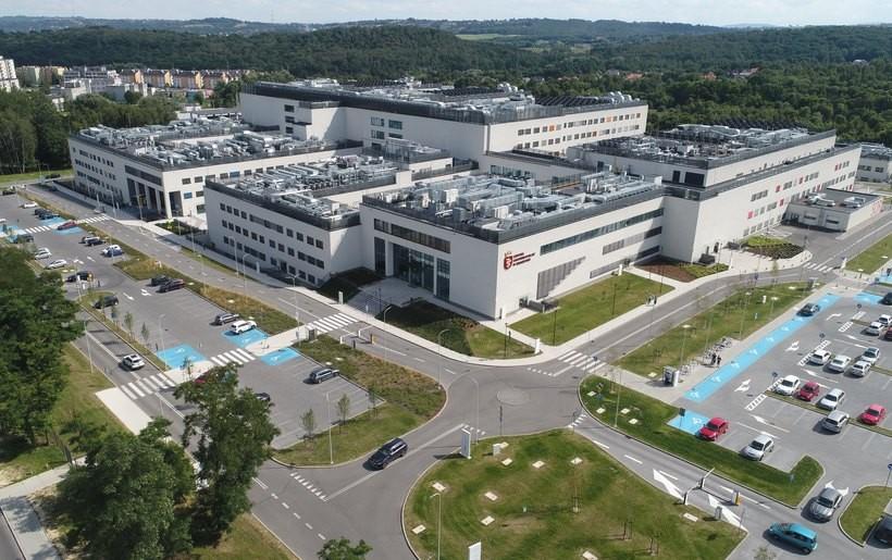Na 73 chorych, pięć przypadków uznawanych jest za trudne, które wymagają leczenia w Szpitalu Uniwersyteckim w Krakowie