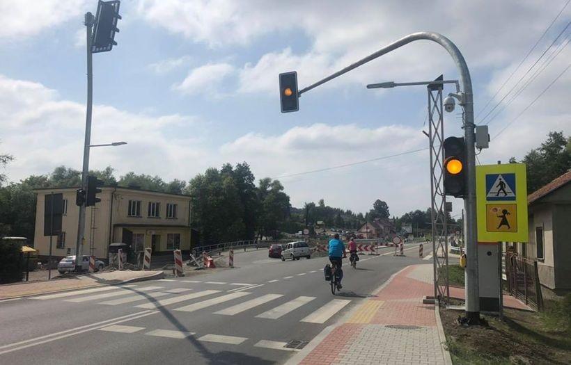 Na krajówce w Kleczy są już światła nad przejściem dla pieszych. Będzie bezpieczniej