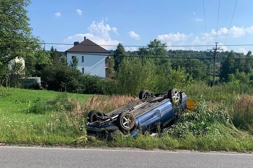 Poważny wypadek w Stroniu. Dwie osoby ranne po dachowaniu auta