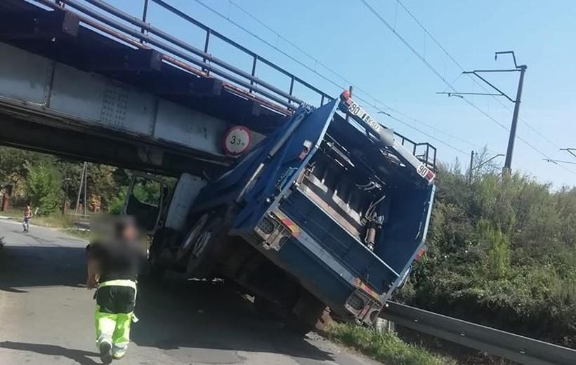 Śmieciarka pod wiaduktem w Spytkowicach