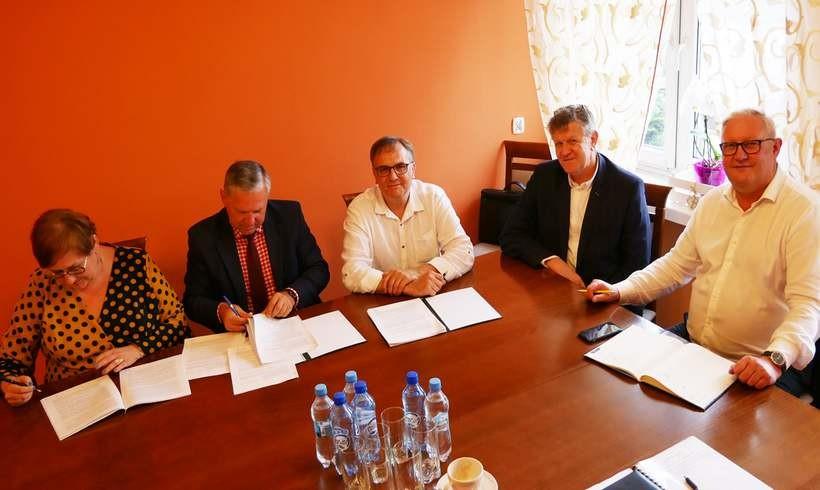 Przedstawiciele Starostwa Powiatowego w Wadowicach podpisali umowę