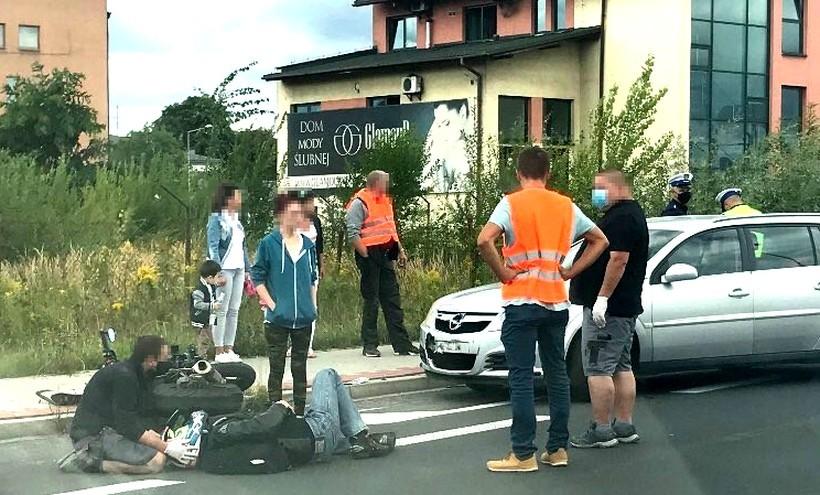 """Motocyklista potrącony przez samochód w Wadowicach. """"Strasznie to wyglądało"""""""