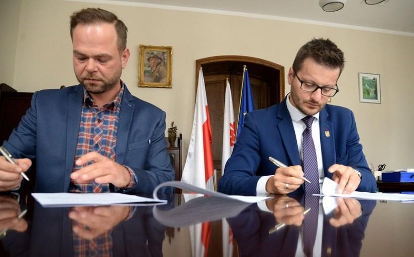W ratuszu podpisano dziś umowę na budowę orlika w Choczni