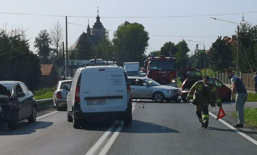 Krajówka z Wadowic do Andrychowa zablokowana. Niebezpieczna stłuczka samochodów, co się stało?