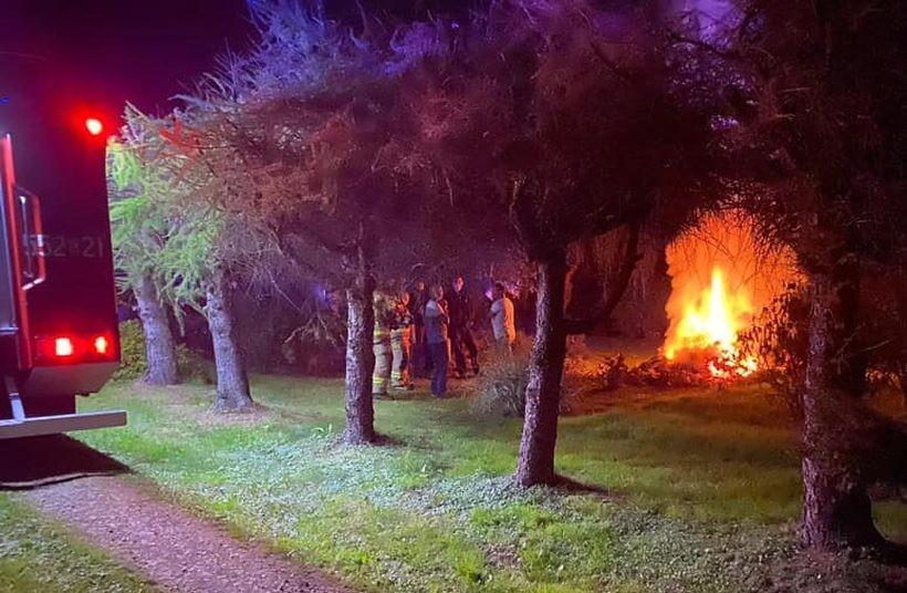 Strażacy wezwani do ogniska. Czego nie wolno robić na własnej działce?