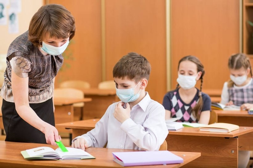 Rodzic wkurzony na szkołę, bo dziecko musi chodzić w maseczce