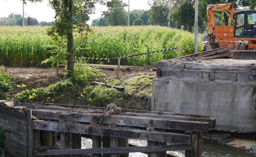 Niebezpieczny most w Przybradzu rozebrany. Nowy wybudują na święta
