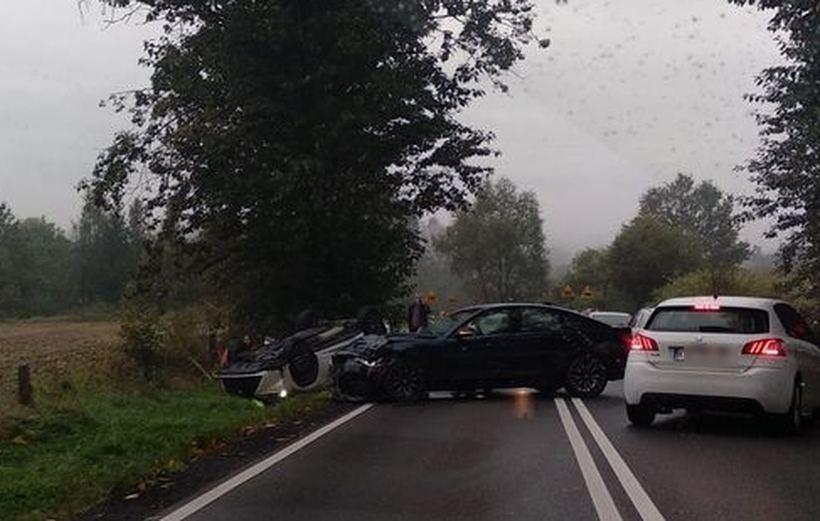 Groźnie wyglądający wypadek w Zebrzydowicach. Jedno z aut dachowało