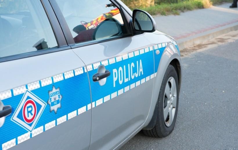 20-latek z sekretem w samochodzie. Uciekał przed policją, wbił się w latarnię w Andrychowie