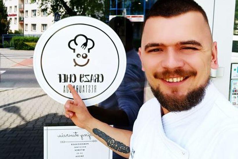 Piotr Widlarz przed swoją restauracją