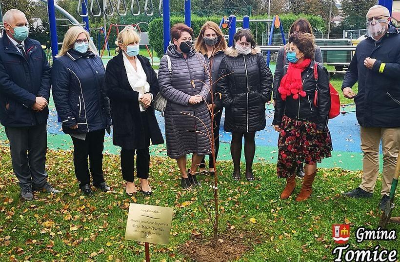Uhonorowali pamięć zmarłej nauczycielki. To nowa tradycja w Tomicach