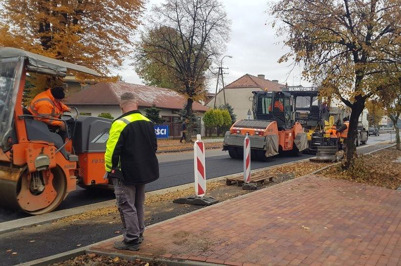Na ulicy Lwowskiej w Wadowicach wylewają już asfalt. Wkrótce nowy etap remontu?