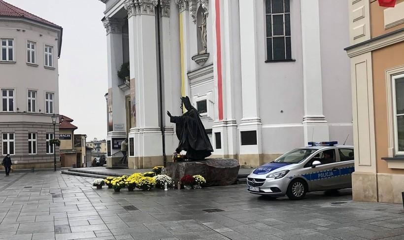 Policja dzień i noc pilnuje pomnika Jana Pawła II w Wadowicach. Tylko po co?