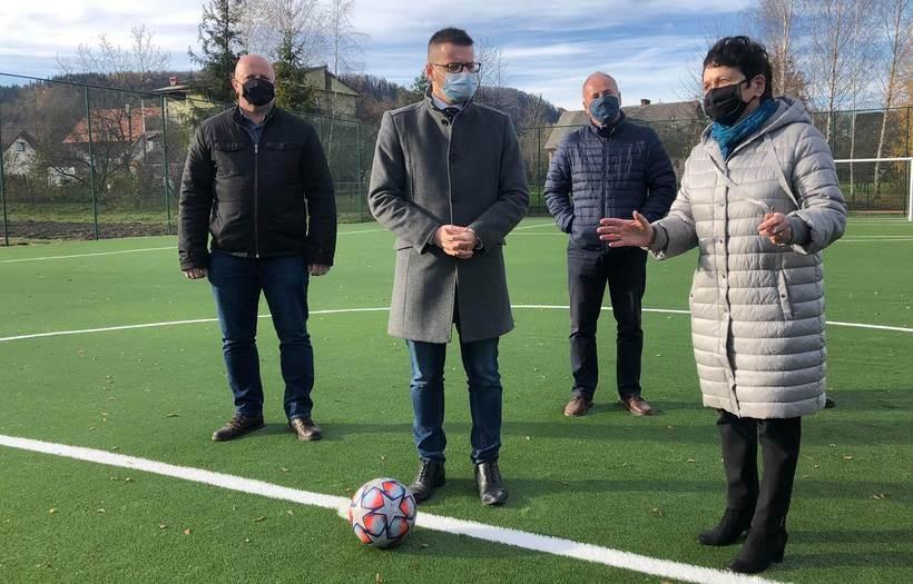 Burmistrz przekazał klucze do boiska dyrektorce szkoły w Choczni