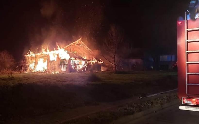 Ogromna łuna ognia nad zakładem w Barwałdzie. Zagrożone zabudowania mieszkalne