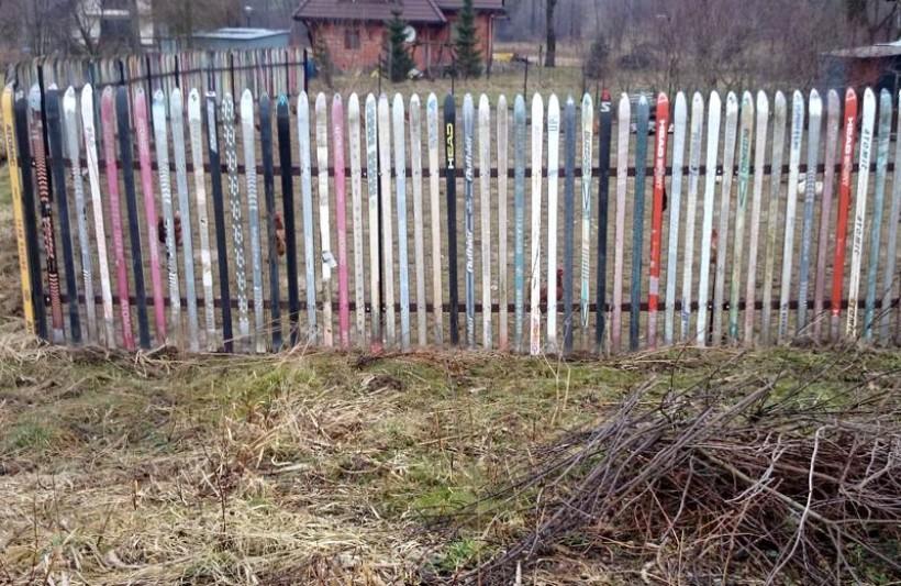 Pomysłowy płot zamiast drewnianych lub metalowych sztachet ma narty