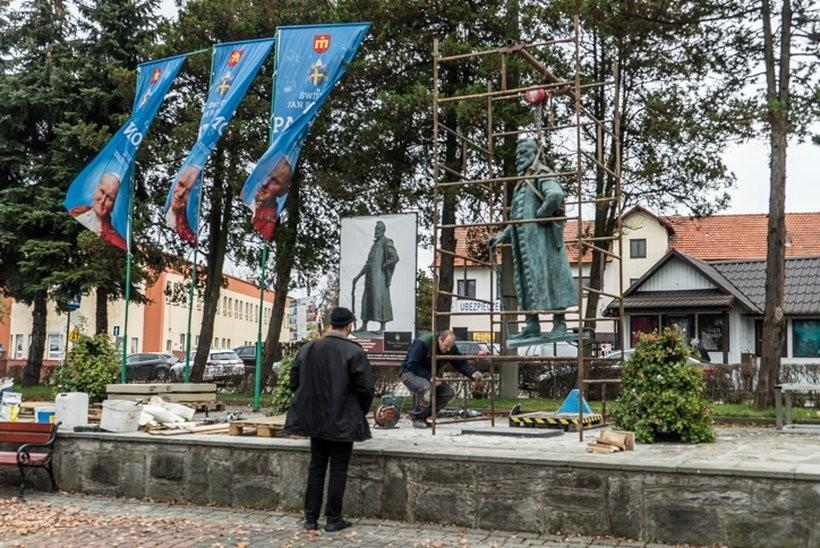 Niedawno Zebrzydowskiemu postawiono na rynku w Kalwarii Zebrzydowskiej pomnik