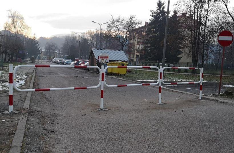 Barierki zablokowały popularny skrót drogowy