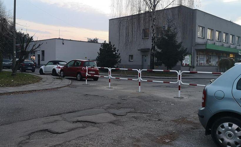 Na osiedlowej drodze stanęły barierki