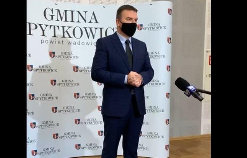 Wójt Mariusz Krystian w czasie konferencji prasowej