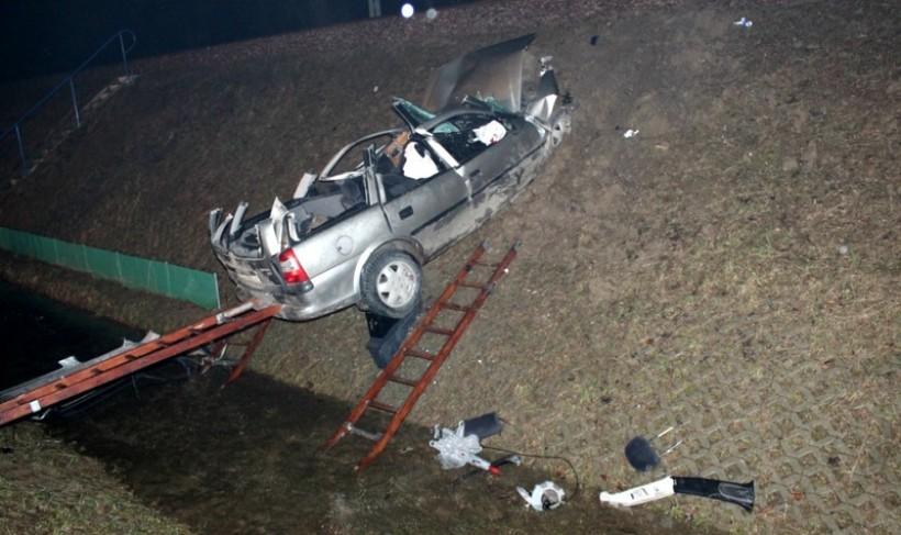 Opel wbił się w nasyp kolejowy