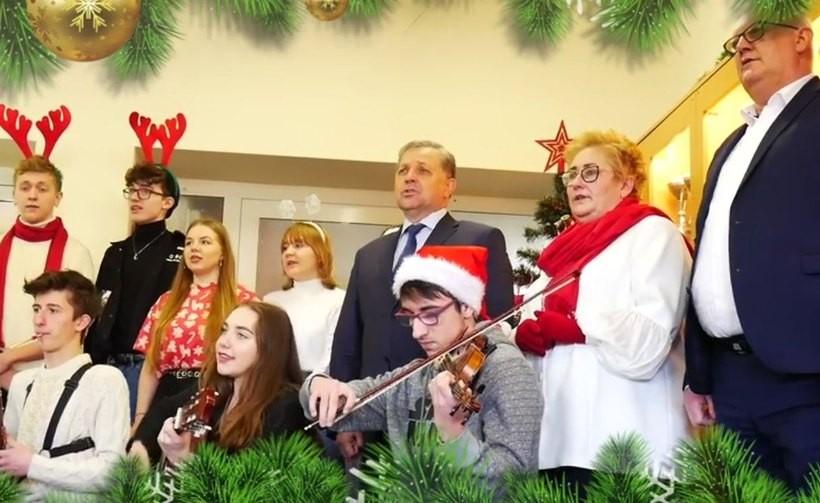 Starosta wadowicki kolęduje w Andrychowie dla hospicjum w Krakowie. Taki nowy challenge