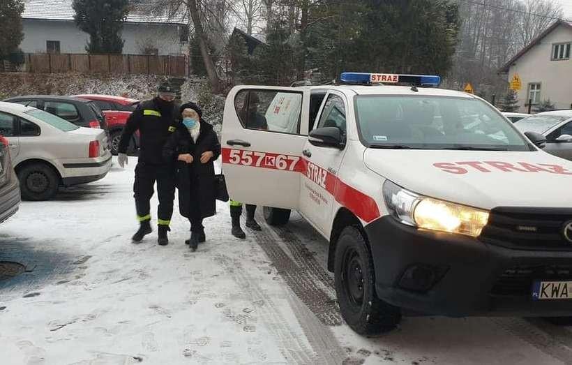 Troje pacjentów dowieźli do ośrodka zdrowia strażacy
