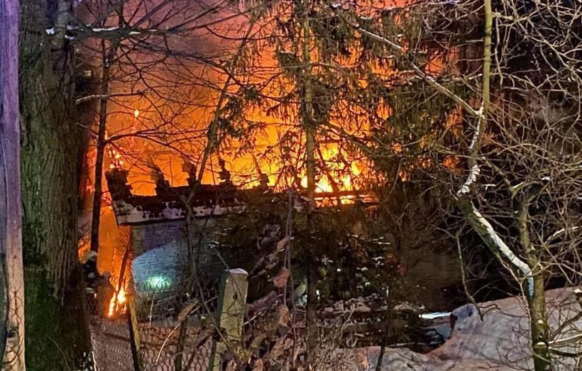 W nocy spłonął ich dom, nie mają nic. Gmina poszukuje lokum i organizuje zbiórkę ubrań