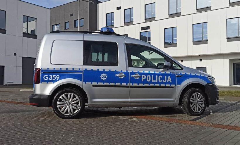 Nowe auto na tle nowej komendy policji w Wadowicach