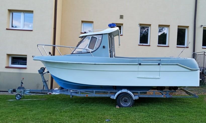 Strażacy dostali łódź od policji, ale nią nie popływają. Potrzebna pomoc