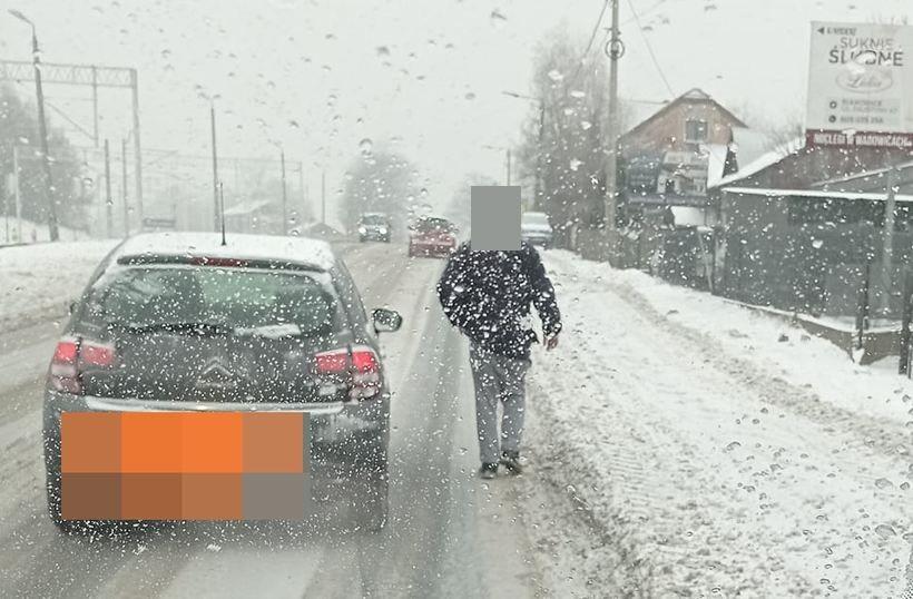 Niecodzienna sytuacja na drodze krajowej. Pieszy wolał iść drogą niż chodnikiem