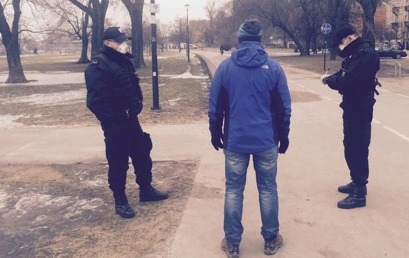 Wadowicka policja chwali się swoimi kontrolami. Codziennie mandaty za brak maseczki